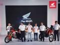 Presdir PT Astra Honda Motor (AHM) Toshiyuki Imuna (kedua kanan) didampingi (kiri ke kanan) Marketing Director AHM Koji Sugita, Executive Vice President Director AHM Johannes Loman, pembalap MotoGP Mark Marques dan Dani Pedrosa serta Marketing Director AHM Margono Tanuwijaya memperkenalkan produk baru motor Honda CRF1000L Twin Africa dan CRF250Rally saat peluncuran di JI Expo, Jakarta, Jumat (3/2/2017). Kedua produk Honda yang digunakan dalam Rally Dakkar itu menyasar konsumen pecinta petualangan di Tanah Air. (ANTARA/Wahyu Putro A)