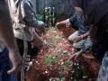 Anggota keluarga menaburkan bunga di makam pewarta foto Harian Koran Jakarta, Guntoro, setelah dikebumikan di TPU di kawasan Pondok Rajeg, Jawa Barat, Kamis (16/2/2017). Guntoro meninggal dunia saat bertugas meliput banjir di kawasan Pejaten, Jakarta. (ANTARA/Yulius Satria Wijaya)