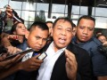 Ketua Mahkamah Konstitusi (MK) Arief Hidayat, menjawab pertanyaan wartawan usai menjalani pemeriksaan di Gedung KPK, Jakarta, Kamis (16/2/2017). Arief diperiksa untuk empat tersangka sekaligus yaitu Hakim MK (nonaktif) Patrialis Akbar, Direktur PT Spekta Selaras Bumi Kamaluddin, Direktur Utama Sumber Laut Perkasa dan PT Impexindo Pratama Basuki Hariman dan General Manager PT Impexindo Pratama NG Fenny, dalam kasus dugaan suap proses uji materiil UU Nomor 41 Tahun 2014 tentang Peternakan dan Kesehatan Hewan yang sedang ditangani MK. (ANTARA/Reno Esnir)