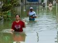 Warga berjalan menembus banjir yang menggenangi jalan di Sayung, Demak, Jawa Tengah, Kamis (16/2/2017). Menurut data dari Kantor Kecamatan Sayung, sebanyak 5.884 jiwa korban banjir akibat luapan Sungai Dombo membutuhkan bantuan logistik berupa obat-obatan, selimut, dan pakaian layak pakai. Warga korban banjir mengaku mulai terserang beberapa penyakit seperti diare, demam, dan gatal-gatal. (ANTARA FOTO/Aji Styawan)