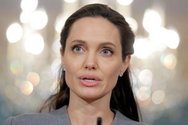 Angelina Jolie Kunjungi Istana Buckingham Bersama Anak