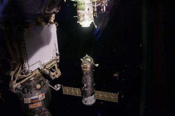 Pesawat kargo Rusia merapat ke stasiun luar angkasa