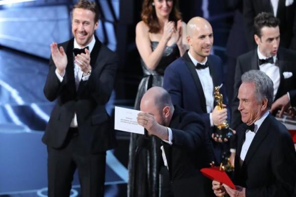 Penjelasan Insiden Di Panggung Oscar Saat Umumkan Film Terbaik