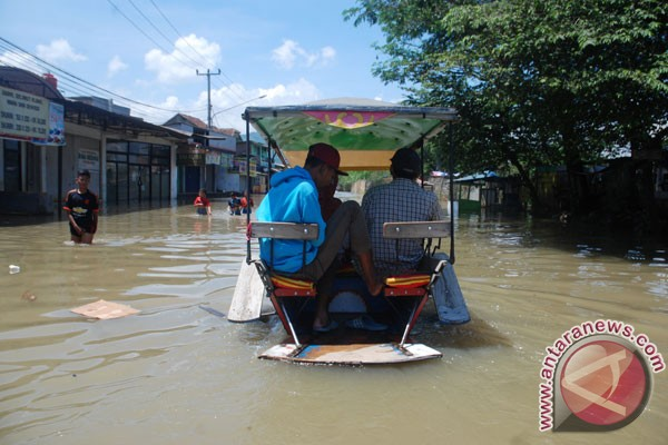 Flood sweeps through three sub-districts in W. Java