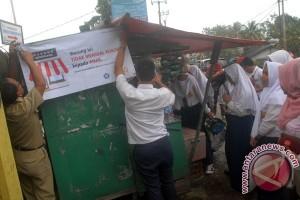 Tiga sekolah di Bogor turunkan spanduk rokok