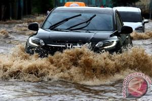 Menerobos Banjir Di Tangsel