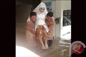 Banjir tak urungkan pasangan ini menikah