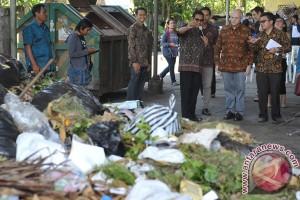 Sampah luar negeri berserakan di Pantai Paloh