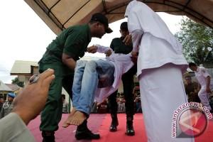 Dua pelanggar qanun Aceh pingsan saat dicambuk