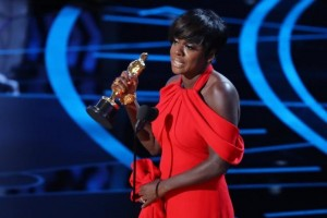 Viola Davis terima piala Oscar pertamanya