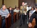 Direktur Jenderal Pajak Kementerian Keuangan Ken Dwijugiasteadi (tengah) berjalan dalam sidang lanjutan perkara suap terkait pengurusan pajak oleh Country Director PT EK Prima (EKP) Ekspor di Pengadilan Tipikor, Jakarta, Senin (13/3/2017). Dalam keterangannya, Ken Dwijugiasteadi mengaku pernah bertemu adik ipar Presiden Joko Widodo (Jokowi) Arif Budi Sulistyo, namun pertemuan tersebut hanya membicarakan soal tax amnesty. (ANTARA/Rosa Panggabean)