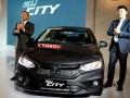Presdir PT Honda Prospect Motor (PT HPM) Tomoki Uchida (kiri) didamping Direktur Pemasaran dan Layanan Purna Jual Jonfis Fandy (kanan) bertepuk tangan saat meluncurkan model terbaru New Honda City di Jakarta, Kamis (16/3/2017). Model terbaru ini menghadirkan berbagai perubahan dan disain baru bagian eksterior dan interior yang makin tajam dan dinamis, menjadikannya sebagai mini sedan terdepan di kelasnya. (ANTARA /Zarqoni Maksum)