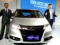 Presdir PT Honda Prospect Motor (PT HPM) Tomoki Uchida (kiri) didamping Direktur Pemasaran dan Layanan Purna Jual Jonfis Fandy (kanan) mengacungkan jempol saat meluncurkan All New Honda Odyssey di Jakarta, Kamis (16/3/2017). Generasi kelima dari Honda Odyssey ini hadir dengan tampilan lebih eksklusif dengan beberapa sentuhan pada eksterior dengan tetap mempertahankan fitur premium dan teknologi pada model sebelumnya. (ANTARA /Zarqoni Maksum)