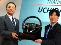 Presdir PT Honda Prospect Motor (PT HPM) Tomoki Uchida (kiri) menyerahkan replika kemudi mobil Honda secara simbolis kepada penggantinya Takehiro Watanabe (kanan) saat serah terima jabatan di Jakarta, Kamis (16/3/2017). Presdir PT HPM Takehiro Watanabe menggantikan Tomoki Uchida yang telah berkarir di Indonesia sejak tahun 2011 lalu.