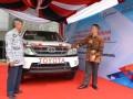 Direktur Teknikal PT Toyota Motor Manufacturing Indonesia (TMMIN) Yui Hastoro (kanan) menjelaskan kepada Direktur Politeknik Manufaktur Negeri (POLMAN) Bandung, Dede Buchori Muslim mengenai unit Toyota Fortuner yang merupakan donasi dari Toyota Indonesia untuk POLMAN, di Bandung, Jawa Barat, Kamis (16/3/2017). Donasi kendaraan utuh sebagai alat peraga pendidikan untuk perguruan tinggi merupakan salah satu wujud komitmen Toyota Indonesia dalam mendukung peningkatan kualitas sumber daya manusia (SDM) Indonesia dalam bidang manufaktur otomotif agar mampu kompetitif dalam menghadapi persaingan global. . (ANTARA /HO/Ujang)
