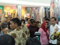 Presiden Joko Widodo (Jokowi) berfoto dengan salah seorang pengunjung (kanan) di Singkawang Grand Mall, Singkawang, Kalimantan Barat, dalam kunjungan langsung ke tengah masyarakat (blusukan), Jumat (17/3/2017).(ANTARANews/Desca LN Situmorang)