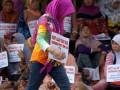 Warga melakukan aksi duduk sambil membawa poster saat digelarnya sidang lanjutan gugatan sengketa lahan eks-Perkebunan Kaligentong di Pengadilan Negeri Tulungagung, Jawa Timur, Senin (20/3/2017). Aksi itu digelar warga sebagai bentuk dukungan atas gugatan tanah eks-perkebunan hasil rampasan perang seluas 1.530 hektare dari penguasaan TNI. (ANTARA/Destyan Sujarwoko)
