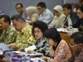 Menteri Kesehatan Nila F Moeloek (tengah) mengikuti rapat kerja dengan Komisi IX DPR di Kompleks Parlemen, Senayan, Jakarta, Senin (20/3/2017). Rapat kerja itu membahas pembiayaan pelayanan kesehatan haji, program wajib kerja dokter spesialis serta membahas permasalahan bidan pegawai tidak tetap (PTT). (ANTARA/Wahyu Putro A)