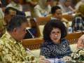 Menteri Kesehatan Nila F Moeloek (kanan) didampingi Sekjen Kemenkes Untung Suseno mengikuti rapat kerja dengan Komisi IX DPR di Kompleks Parlemen, Senayan, Jakarta, Senin (20/3/2017). Rapat kerja itu membahas pembiayaan pelayanan kesehatan haji, program wajib kerja dokter spesialis serta membahas permasalahan bidan pegawai tidak tetap (PTT). (ANTARA/Wahyu Putro A)
