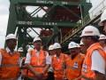 Menteri Koordinator Bidang Kemaritiman Luhut B Pandjaitan (kedua kiri) berbincang dengan Direktur Utama Pelindo III Orias Petrus Moedak (kiri) dan Gubernur Jawa Timur Soekarwo (keempat kanan) serta sejumlah direksi Pelindo III ketika meninjau Dermaga Curah Kering di Terminal Teluk Lamong, Surabaya, Jawa Timur, Senin (20/3/2017). Kunjungan kerja tersebut dalam rangka meninjau kinerja terminal itu guna mendukung optimalisasi program tol laut. (ANTARA FOTO/Zabur Karuru)