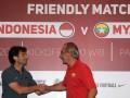Pelatih Timnas Indonesia U-22 Luis Milla (kiri) berjabat tangan dengan pelatih Timnas Myanmar Gerd Zeise seusai menggelar jumpa pers di Sentul, Bogor, Jawa Barat, Senin (20/3/2017). Timnas Indonesia U-22 akan menjalani pertandingan persahabatan dengan Timnas Myanmar pada Selasa (21/3/2017) pukul 16.00 WIB. (ANTARA FOTO/Sigid Kurniawan)