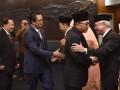 Ketua MPR Zulkifli Hasan (kedua kanan) didampingi Wakil Ketua Mahyudin (kedua kiri), dan EE Mangindaan (kiri) memberikan ucapan selamat kepada anggota pengganti antarwaktu (PAW) MPR Fraksi Golkar Nawafie Saleh (kedua kanan) seusai pelantikan di Kompleks Parlemen, Senayan, Jakarta, Senin (20/3/2017). Ketua MPR melantik tiga anggota PAW MPR yakni Mardani Ali Sera menggantikan Sa'duddin dari Fraksi PKS Dapil Jabar, Nawafie Saleh menggantikan Airlangga Hartarto dari Fraksi Partai Golkar Dapil Jabar, dan Tutik Kusuma Wardhani dari Fraksi Partai Demokrat Dapil Bali menggantikan Jero Wacik. (ANTARA FOTO/Wahyu Putyro A)
