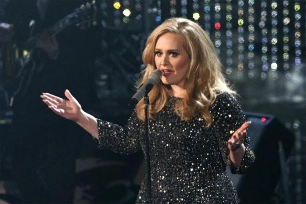 Adele Batalkan Sisa Lawatan Dunia Karena Masalah Pita Suara