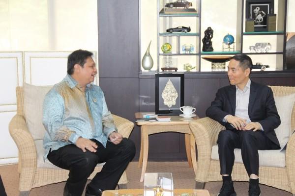 Menteri Perindustrian Airlangga Hartarto berbincang-bincang dengan Chairman Tsingshan Holding Group Tiongkok Mr. Xiang Guangda di Kementerian Perindustrian, Jakarta, 3 Maret 2017. Pada kesempatan tersebut, Mr. Xiang Guangda membicarakan perkembangan industri di Morowali Industrial Park. (Kemenperin)
