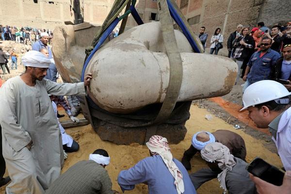 Patung kuno raksasa di Mesir diduga firaun Psammetich I