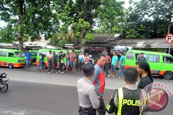 Supir angkot unjuk rasa damai ke Balai Kota Bogor