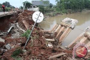 Tanah longsor rusak tanggul Cipendawa Bekasi dibiarkan terbengkalai