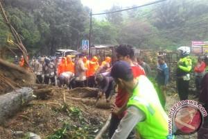 Longsor tutup akses jalur utama Cisewu-Bandung