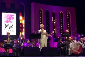 Dira Sugandi kolaborasi dengan Jazz Orchestra of the Concertgebouw