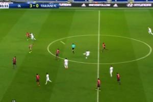 Cetak gol dari tengah lapangan, Depay menolak disejajarkan dengan Beckham