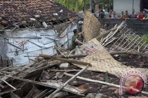 Angin kencang rusak rumah warga Kubu Raya
