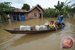 Satu keluarga terjebak banjir di Sumedang