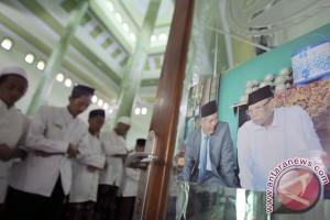 Ribuan orang antar ulama besar Kyai Hasyim ke peristirahatan terakhirnya