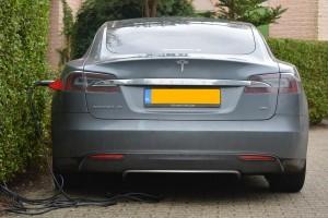 Tesla cari dana tambahan untuk produksi mobil listrik Model 3