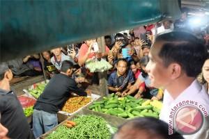 Presiden cek harga sayur di Pasar Singkawang