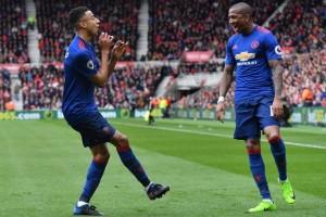 Lawan Ajax, Manchester United berkostum biru