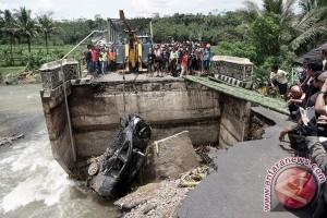 Evakuasi Mobil Korban Jembatan Ambles