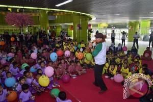 Puluhan siswa dengarkan dongeng di Stasiun Jember