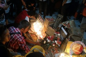 Solidaritas masyarakat peduli Kendeng tabur bunga untuk mendiang Patmi