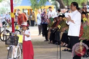 Presiden Jokowi beri sepeda ke siswa Barus