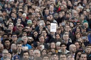 Ratusan warga beri penghormatan kepada korban serangan London