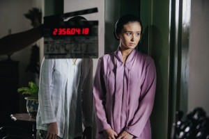 Ayushita mengakrabkan diri dengan kain dan sanggul