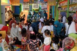 Gaya Iriana Jokowi saat tantang pengajar PAUD Riau