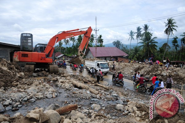 Jalan Padang-Solok tertimbun material longsor