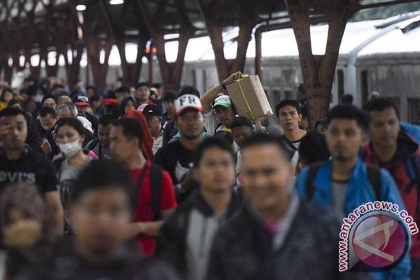 Gelombang pemudik mulai datangi Stasiun Pasar Senen