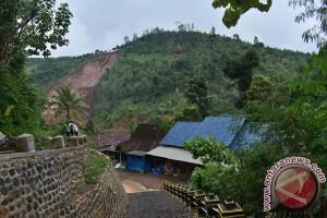 Sumber air mampet karena longsor, warga Singgahan Ponorogo cari sumber baru